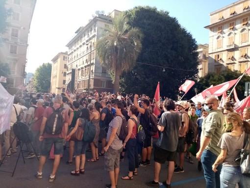 Piazza Alimonda gremita per il corteo in ricordo di Carlo Giuliani. Ci sono anche Manu Chao e Zerocalcare (foto e video)