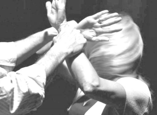 Perseguita, pedina, insulta e minaccia con un taglierino l'ex moglie: arrestato un 73enne