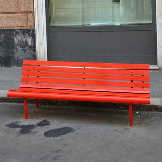 Allarme femminicidi e violenza sulle donne, una panchina rossa in via Galata