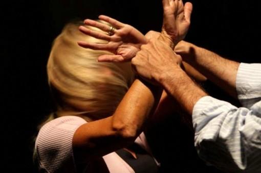 Arrestato mentre stava trascinando la fidanzata verso il balcone stringendole le mani al collo