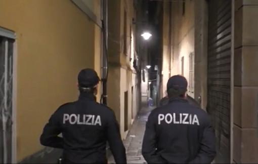 Ubriaca si spoglia in strada e ferisce un'agente: arrestata e denunciata una 34enne