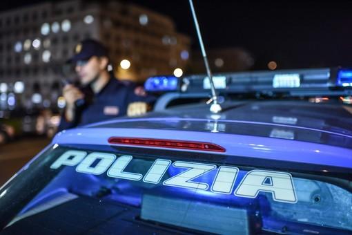 Si divertono a danneggiare auto in sosta e portoni: denunciati due giovani