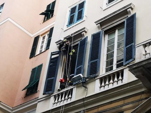 Vento forte a Genova: i pompieri in azione in via San Lorenzo per rimuovere una persiana pericolante (VIDEO)