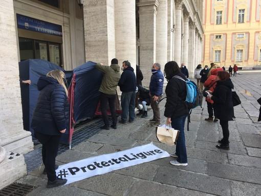 """Il gruppo 'Protesta Ligure' s'incatena davanti alla Regione Liguria: """"Siamo disperati, dobbiamo lavorare, dateci udienza"""""""