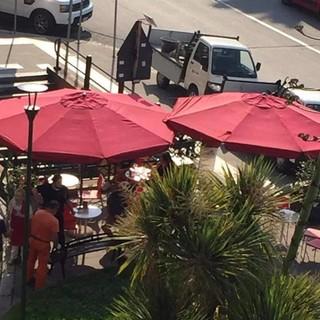 Pegli, le panchine verdi di piazza Porticciolo sono tornate al loro posto