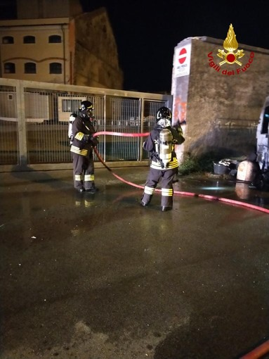 Furgone in fiamme nella notte in via Spataro: indagini in corso