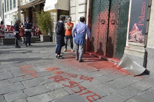 Curdi sotto attacco: scritte e vernice rossa sull'ambasciata turca in De Ferrari