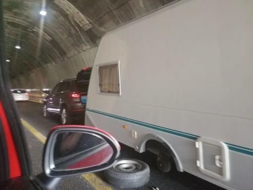 Roulotte perde una ruota in autostrada: disagi al traffico a Genova Voltri