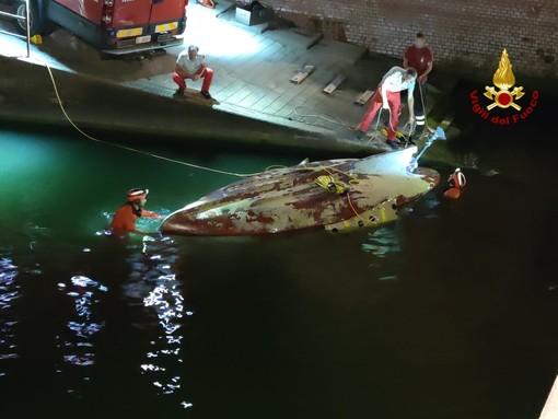 Recupero di un'imbarcazione semiaffondata di fronte a Quinto: le operazioni di messa in sicurezza del relitto (FOTO e VIDEO)