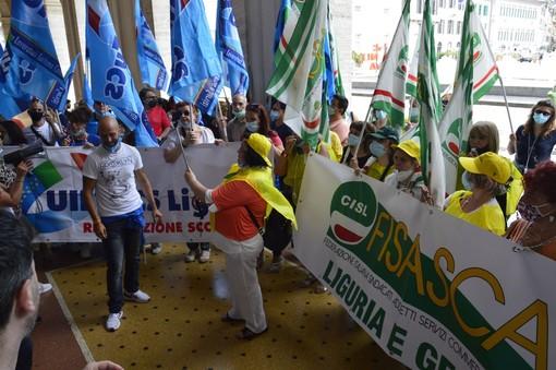 Ristorazione scolastica di nuovo in piazza: la protesta davanti alla Regione (VIDEO e FOTO)