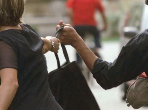 Evade dai domiciliari e scippa un'insegnate davanti agli alunni: arrestato