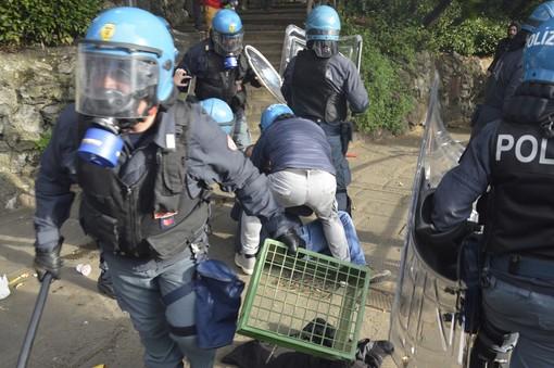 Giornalista picchiato durante manifestazione: 4 poliziotti rinviati a giudizio