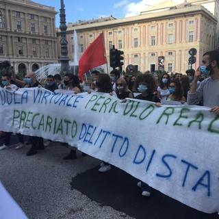 """Studenti, educatori e insegnanti in piazza per chiedere la riapertura delle scuole """"in presenza e sicurezza"""""""
