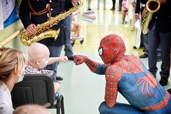"""Spiderman contro la sofferenza dei bimbi, Mattia Villardita: """"Nella mia infanzia tante operazioni, ero paziente del Gaslini. Adesso la mia vittoria è il sorriso dei più piccoli"""""""