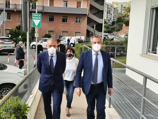 Il sottosegretario Costa (a sinistra) insieme al dg di Asl2 Damonte Prioli durante una visita a Savona
