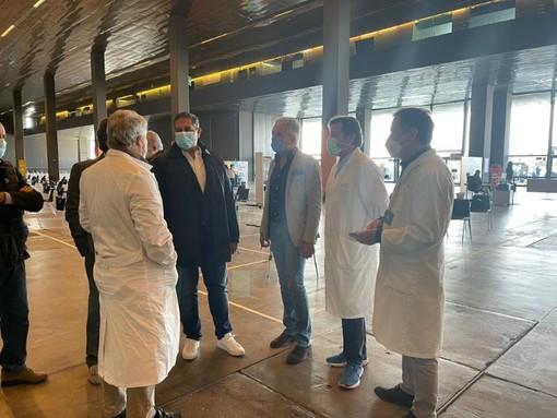 """Toti in visita all'hub vaccinale della Fiera di Genova: """"Liguria ai limiti della somministrazione"""" (FOTO)"""