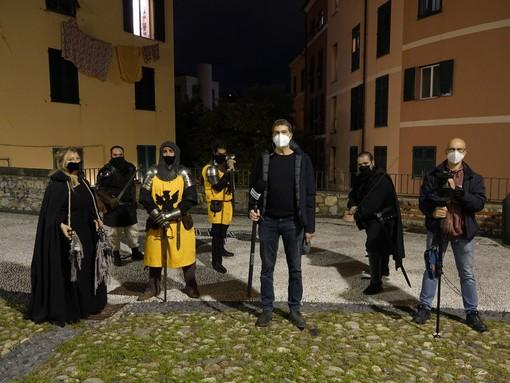 Scontri tra uomini armati di spada e scudo a Genova in una notte di coprifuoco, niente paura: è una troupe televisiva autorizzata
