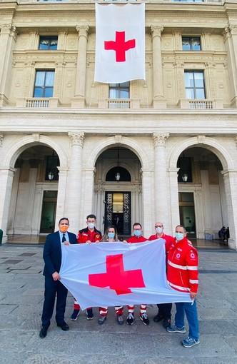 """Giornata Mondiale della Croce Rossa, esposta la bandiera sul palazzo di Regione Liguria, Toti: """"Giornata simbolo di altruismo, dedizione e aiuto"""""""
