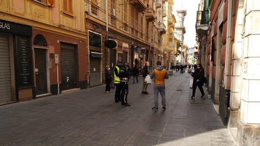 Emergenza coronavirus: presidio fisso della polizia locale in via Sestri contro gli assembramenti