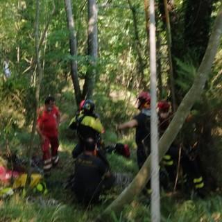 Chiavari: i vigili del fuoco soccorrono un uomo caduto con il parapendio (VIDEO)