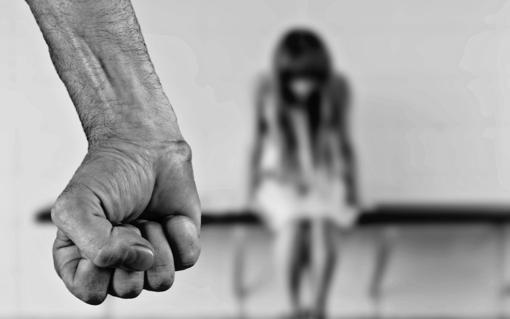 Pegli: ferita dal marito con un cacciavite, riesce a denunciarlo