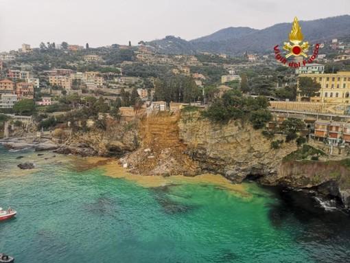 Camogli: frana sotto il cimitero, 200 bare finiscono in mare; intervento dei Vigili del fuoco per rischio biologico (Foto)