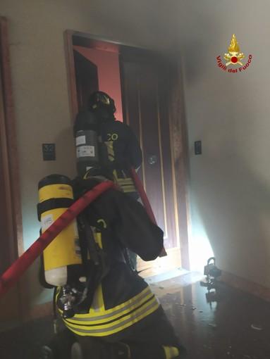 Intervento dei vigili del fuoco in via Agosti: incendio in un appartamento