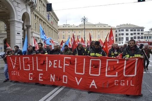 """Vigili del fuoco in piazza: """"Stipendi bassi e nessuna copertura Inail, inaccettabile"""""""