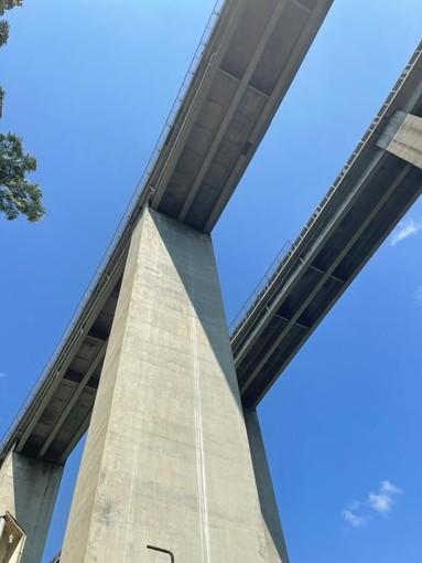 """Cade una piastra d'alluminio dal viadotto autostradale di via Betti, l'indignazione del sindaco di Rapallo Carlo Bagnasco: """"Sfiorata la tragedia, non si può andare avanti così"""""""
