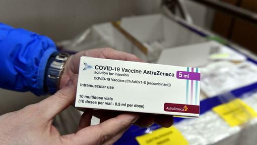 Covid, in Liguria vaccino AstraZeneca per la fascia 60-79 anni: sospesa la somministrazione sotto i 60 anni