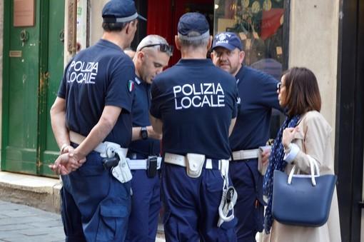 Scippo in via del Campo: la polizia locale arresta il ladro