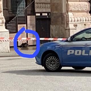 Allarme bomba in piazza De Ferrari per uno zaino abbandonato: intervengono gli artificieri (VIDEO)